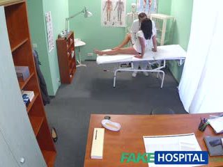 Fakehospital caliente negra haired mamá cheats en hubby con doctor