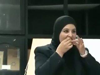 Arab gadis puts kondom dari mulut