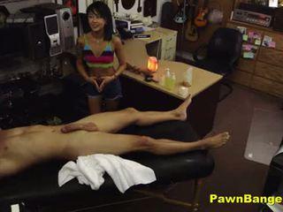 Winkel manager fucks heet aziatisch masseuse