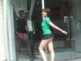 Krūtainas hoe uz mini svārki uz publisks