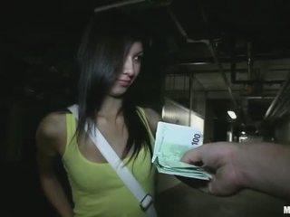 Pisikene kolledž tüdruk stuffed jaoks raha