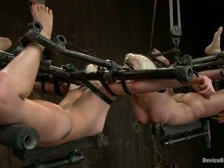 Two whores bonded en oog naar oog terwijl tortured