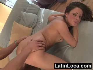Latina đầu tiên timer fucked lược cứng qua một con gà trống với không bao cao su