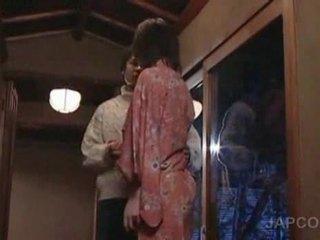 Süß asiatisch geisha getting zunge kissed und füße licke