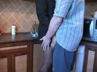 Fierbinte mama inpulit în bucatarie după ei husbands funeral video