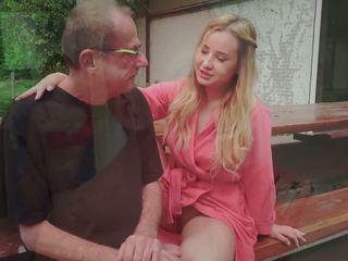 Стъпка баща fucks млад любовница licking тя нозе изпразване в