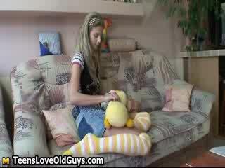 Manis sekali boneka gadis spreads dia tungkai kaki