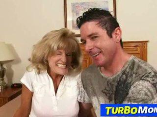 Dun attractive grootmoeder camera sperma op tieten na seks
