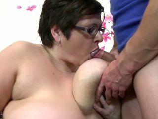 大 成熟 媽媽 咂 和 他媽的 年輕 幸運 男孩: 免費 色情 4c