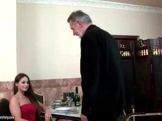 Cathy heaven enjoys sesso con vecchio uomo