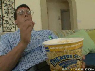 Ramrod in een bucket van popcorn surprises kuikens