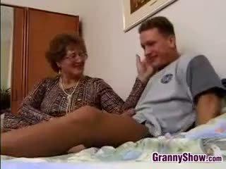 奶奶 gets 性交 由 grandson 在 法
