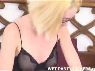 Blondīne loves sniffing viņai labākais friend's apakšbiksītes