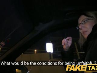 Faketaxi blondīne gets viņai kit no uz taxi cab