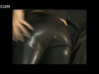 Seksuālā meitene uz ciešas āda pants