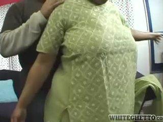 印度人 媽媽我喜歡操 loves 這 她的 bf 是 having 有趣 周圍 她的 大 乳房