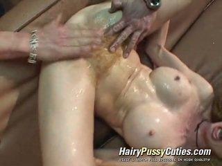 Lanuginous scarlet đầu has một dose của exploitation của cô ấy squirting không có cạo bearded clam qua một tattooed đàn ông