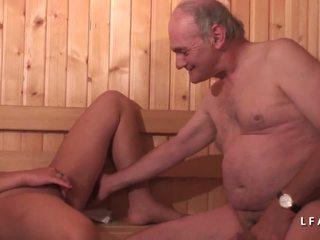 Jeune brunetka sodomisee dans un zartyldap sikmek avec papy.