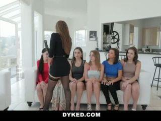 Dyked- heet tiener orgie met sexy milf <span class=duration>- 10 min</span>
