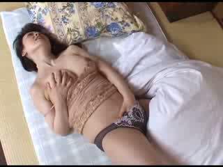 Japonesa mãe masturbação depois a assistir porno vídeo