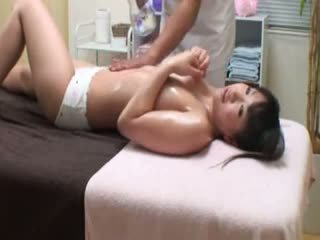 Högskolan flicka reluctant orgasmen av masseur