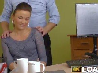 युवा महिला pounded roughly में ऑफीस द्वारा hung creditor