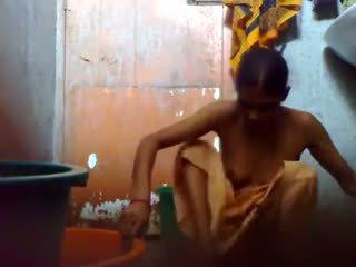 Jung bangladesh guy halten ein versteckt kamera im badezimmer vor