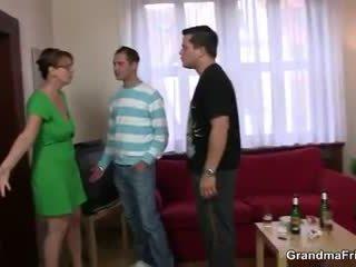 Heet vrouw takes two cocks bij eens