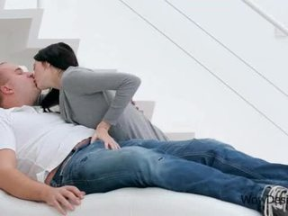 Sensual besando escena con preciosa morena adolescente