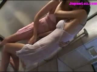 2 holky v mokrý clothes líbání patting pod the sprchový