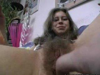 Poraščeni amaterke gets trimmed in obrite