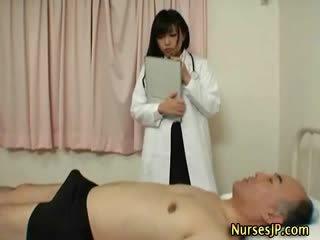 أقرن اليابانية ممرضة gives يد وظيفة