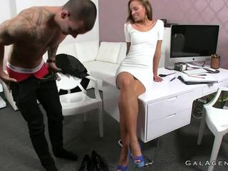 Mamasel tattooed dude fucks female agent sa kanya opisina