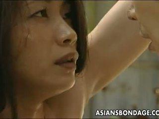 Aziatisch teef roped omhoog zo de man kan neuken haar
