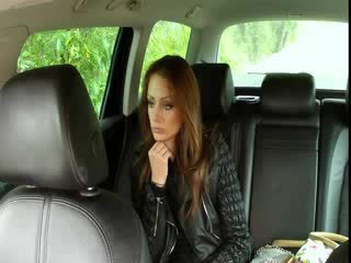 Krūtinga brunetė fucks didelis bybis į fake taxi