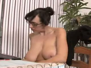 bruneta, orálny sex, piercing