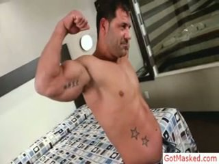 Muskuļotas pieauguša guy stripping