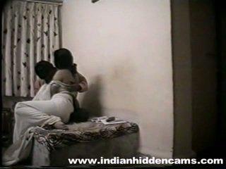 Indieši pair celebrating viņu anniversary uz guļamistaba
