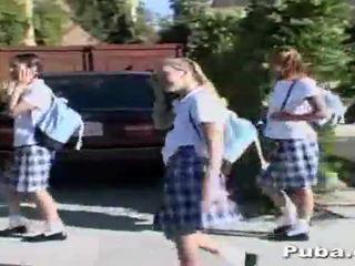Koulu tytöt a kukko jälkeen koulu