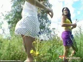 Pack van porno: tiener meisjes poseren outdoors