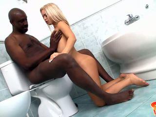 Jeune blonde avec petit fous gets banged par noir bite en salle de bain