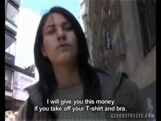 Karstās meitene giving a minēts par nauda