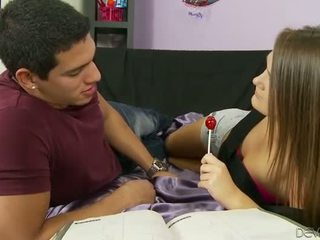 Panas remaja perempuan tak senonoh abby menyeberang air mani facialed