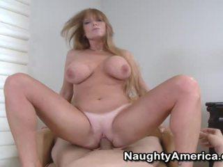 Rondborstig blondine chick liking haar mond neuken
