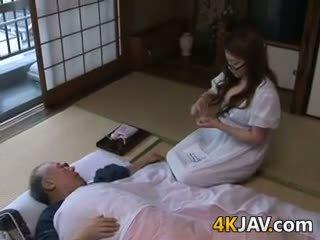Krūtainas japānieši mājsaimniece