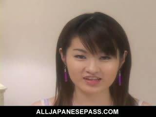 Pievilcīgas jap modele plays ar viņai vāvere un pisses everywhere