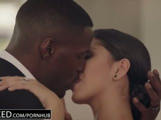 брюнетка, поцілунки, bbc