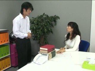 Aziatisch kantoor meisje in panty en haar coworker
