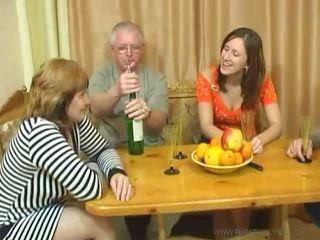 Usual družina dinner turns v an seks zabava