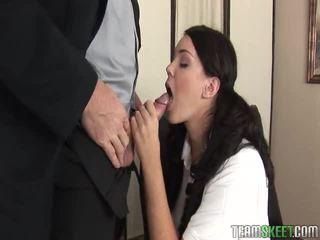 امرأة سمراء, الجنس في سن المراهقة